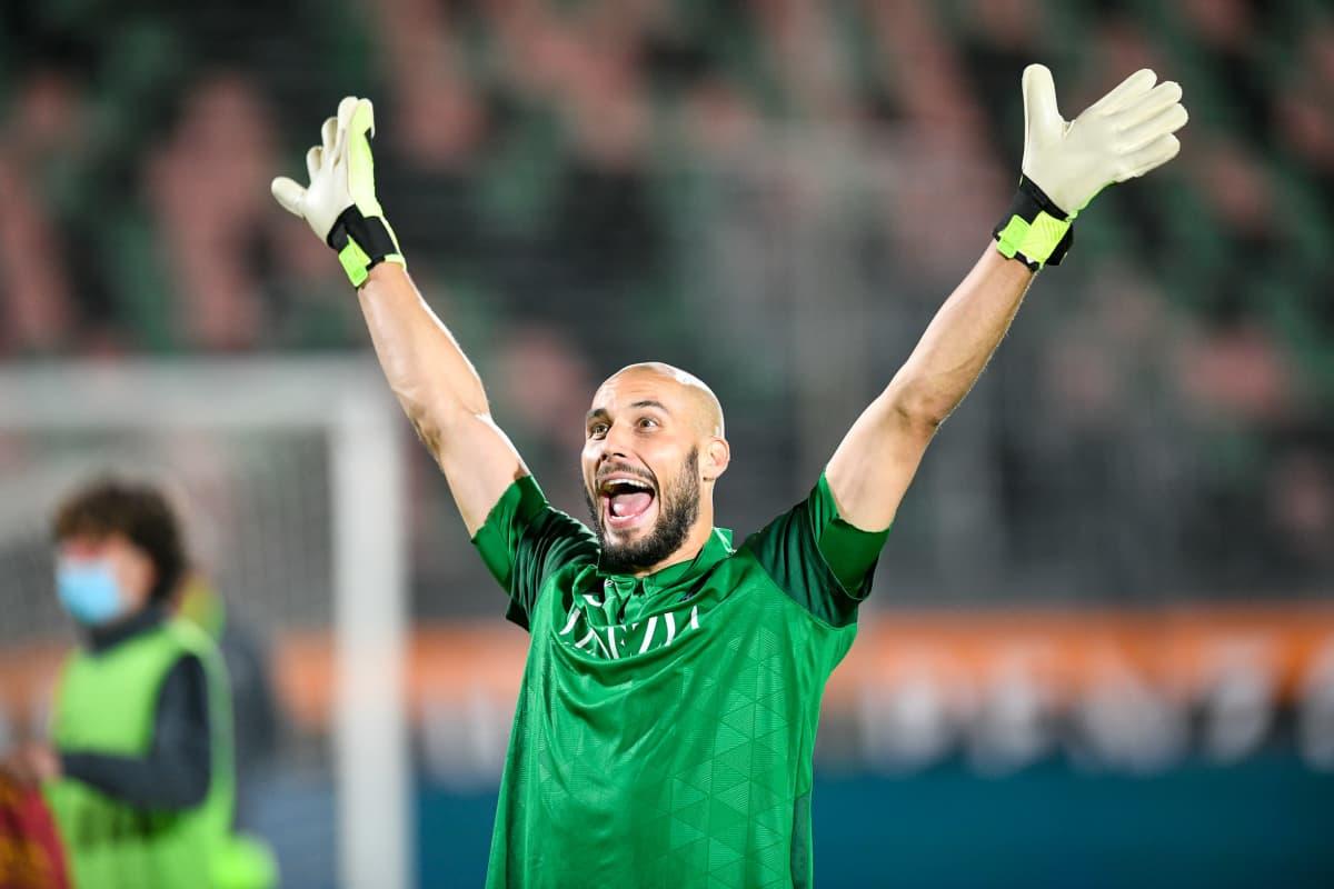 Niki Mäenpää Venezia FC:n paidassa.