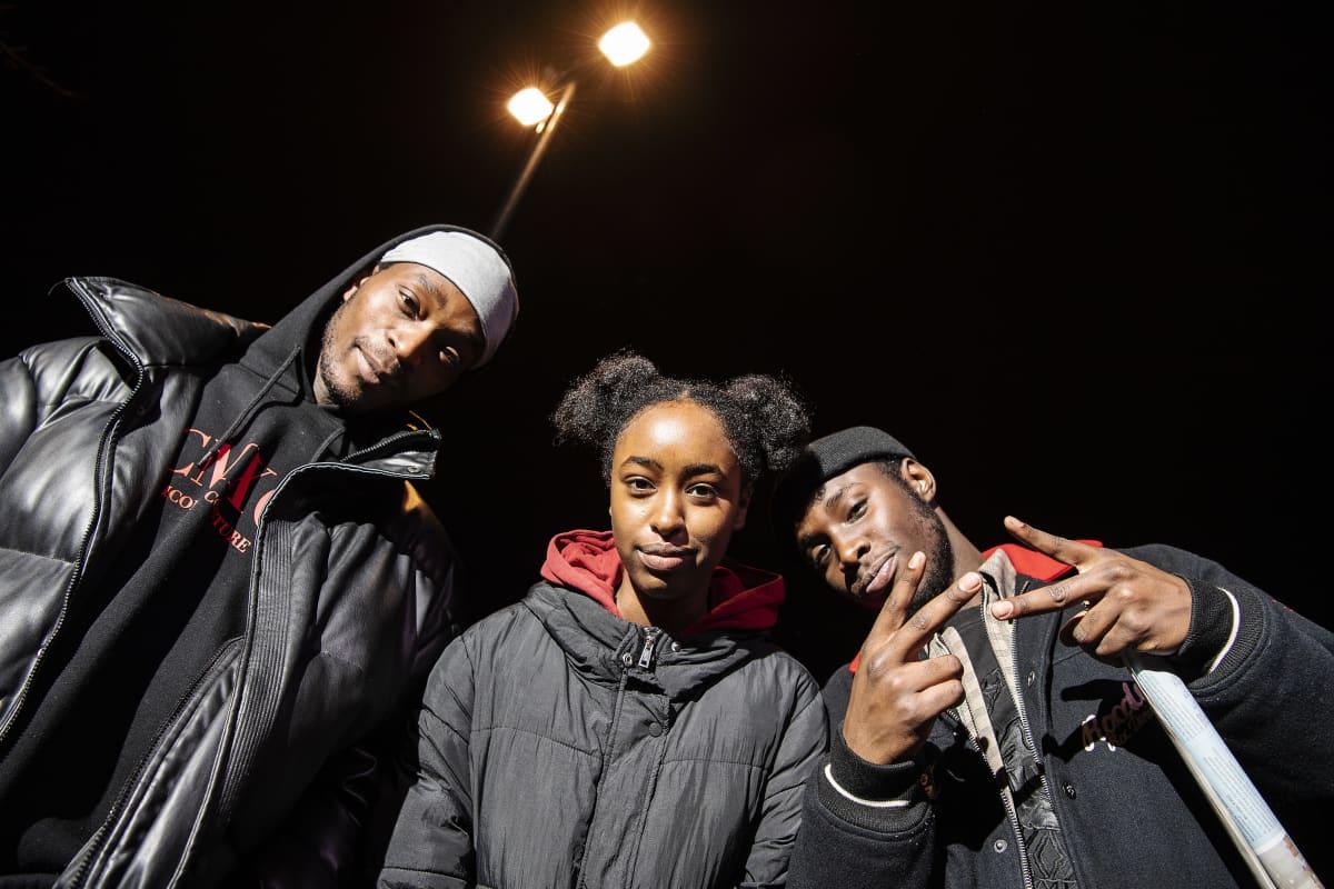 Kuvassa poseeraavat Shakur Ahimana, Amina Ciyow ja Nicolas Anelka  Helsingin keskustassa 11. marraskuuta 2020.
