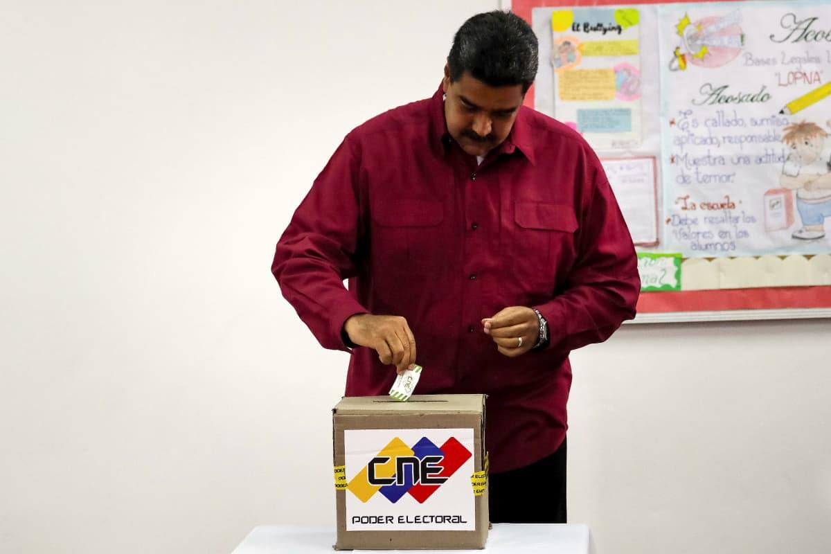Nicolás Maduro laittaa vaalilippua uurnaan