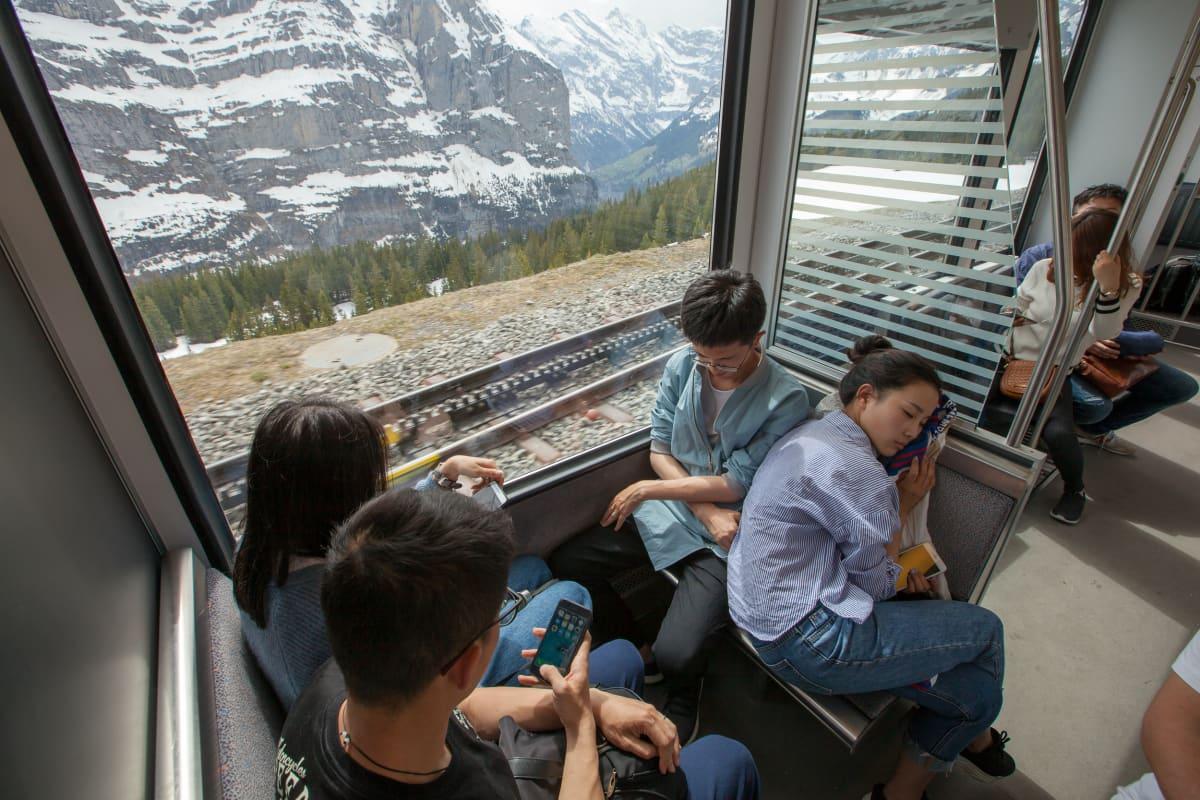 Ihmisiä nukkumassa junanvaunussa.