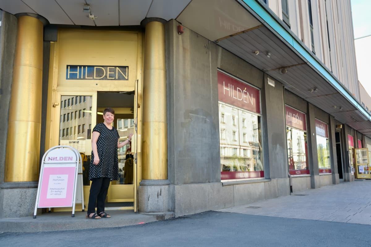 Erika Hildén liikkeensä ovella