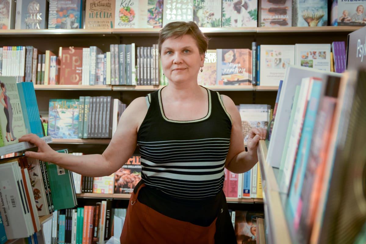 Hanna-Liisa Onnela kirjakaupassa