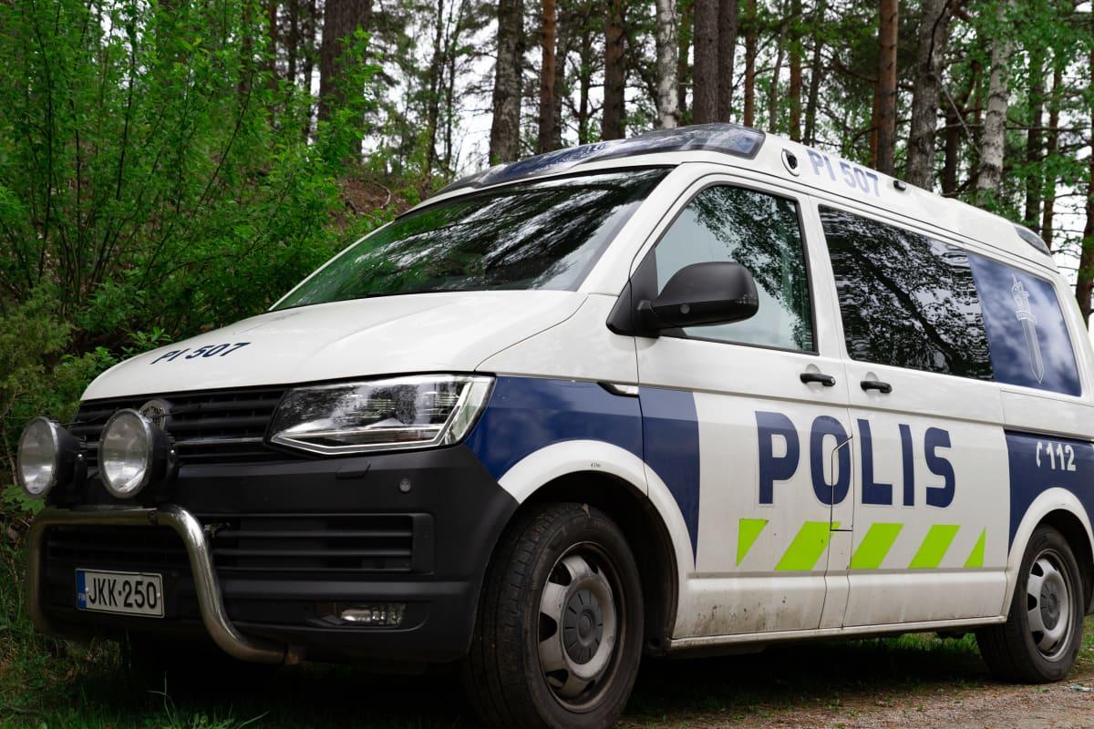 Poliisiauto parkissa metsän reunassa Tampereen Teiskossa