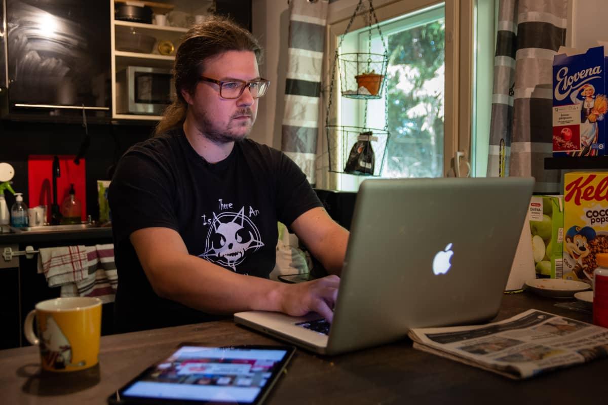 Evgeni Fomin tietokoneen ääressä