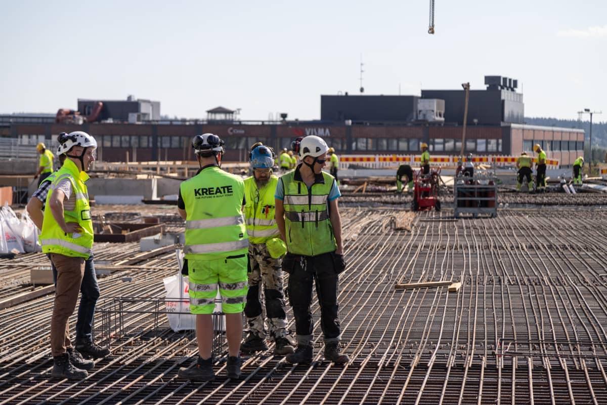 Rakennustyömiehiä Kannen ja Areenan työmaalla