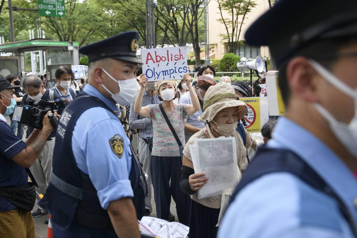 Paikalla oli joukko poliiseja turvaamassa ja eristämässä olympiatulen kulkueen ja mielenosoittajat.
