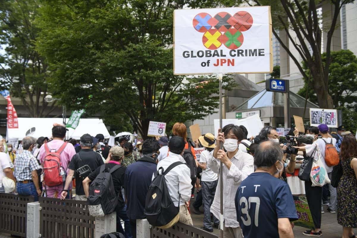 Kisoja vastustettiin mielenosoituksessa englanniksi ja japaniksi.