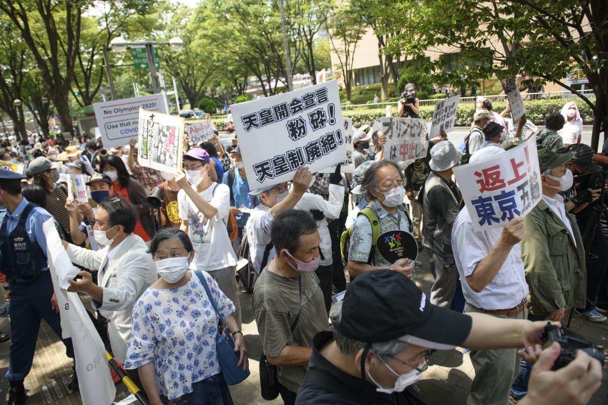 Mukana mielenosoituksissa oli eri kansalaisjärjestöjä.