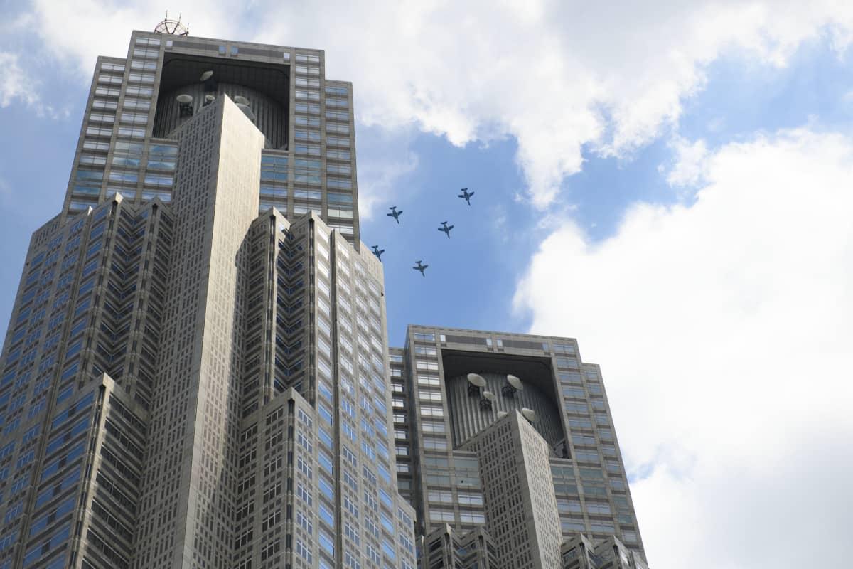 Tokion kaupungintalon kaksoistornit.