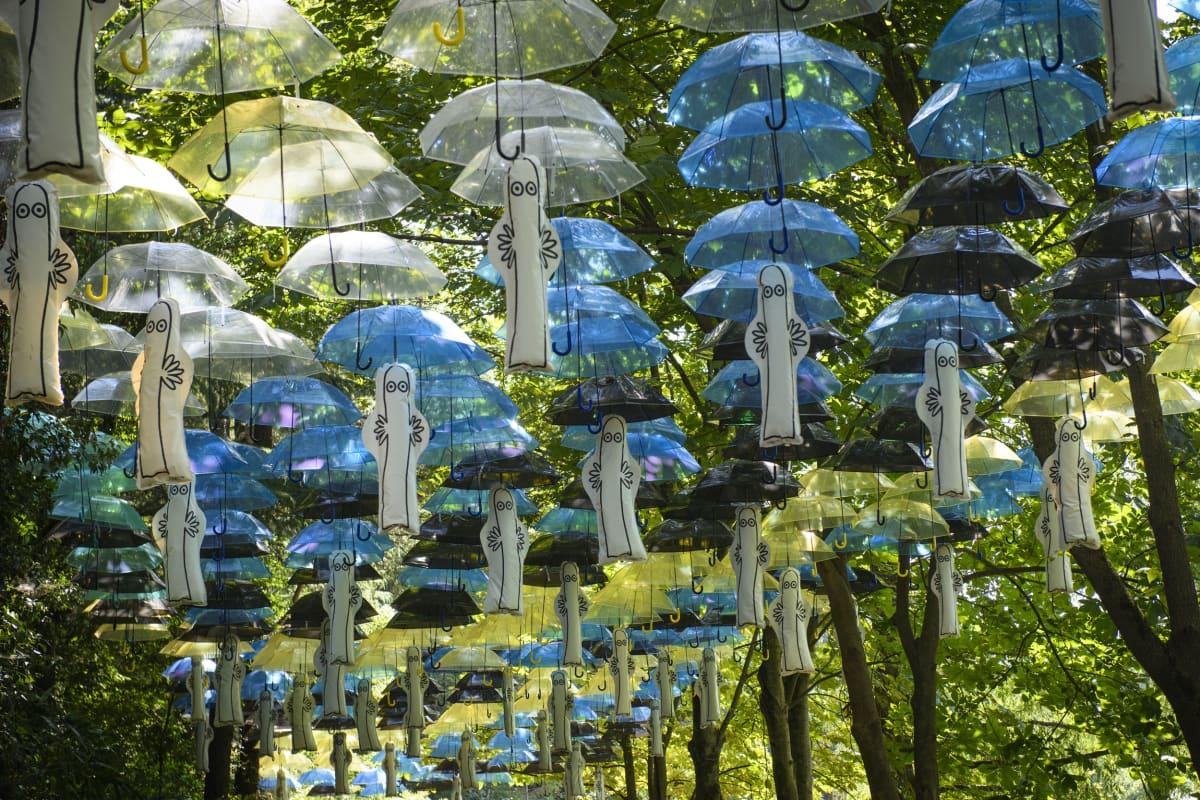 Viime kesänä puistossa keksittiin käyttää sateenvarjoja aurinkosuojana. Niitä on toista tuhatta.