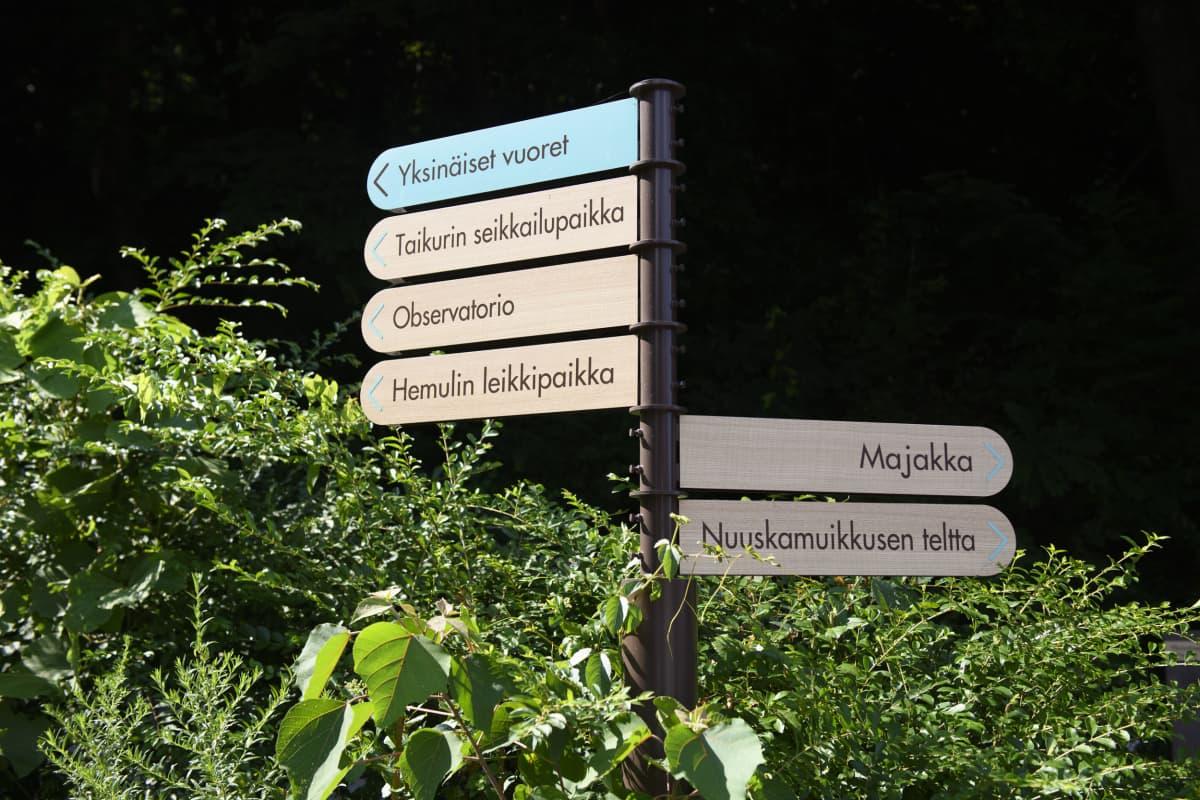 Kaikki Muumilaakson kyltit ovat suomeksi. Japanissa suomankieli on monen mielestä kaunis kieli.