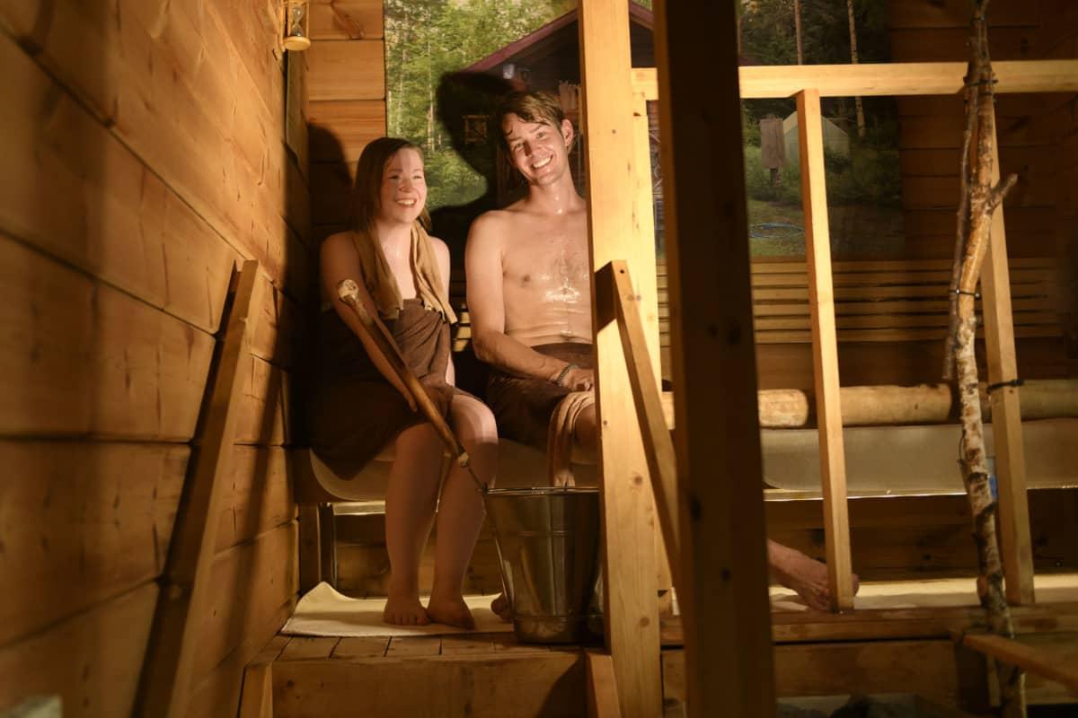 Noora ja Pyry Kontio pitävät saunablogia. Sen nimi on Saunoja. Japaniksi Saunoya, jossa ya-sana toimii sanaleikkinä.