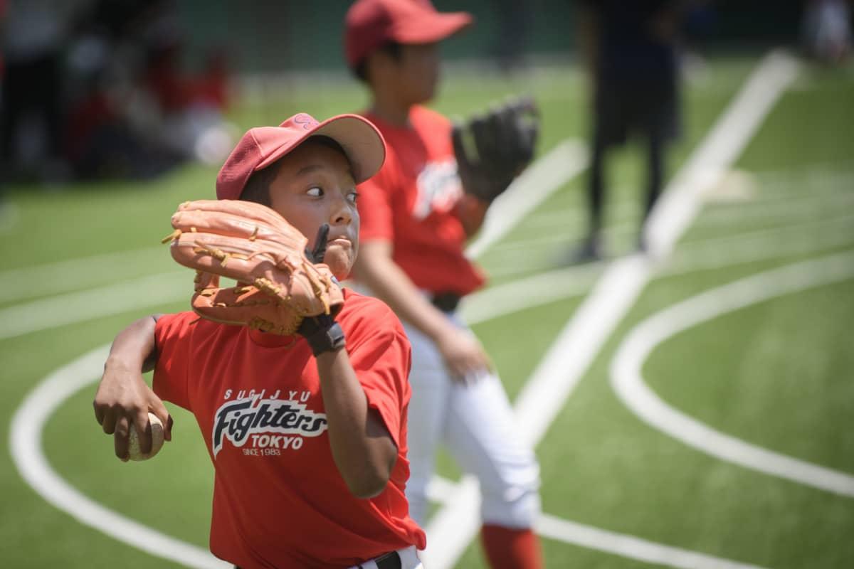 Hyvä heitto vaatii keskittymistä. Korona on vaikuttanut lasten treenaamiseen: tavallisesti he harjoittelevat koululla, jonka kenttä on nyt suljettu.