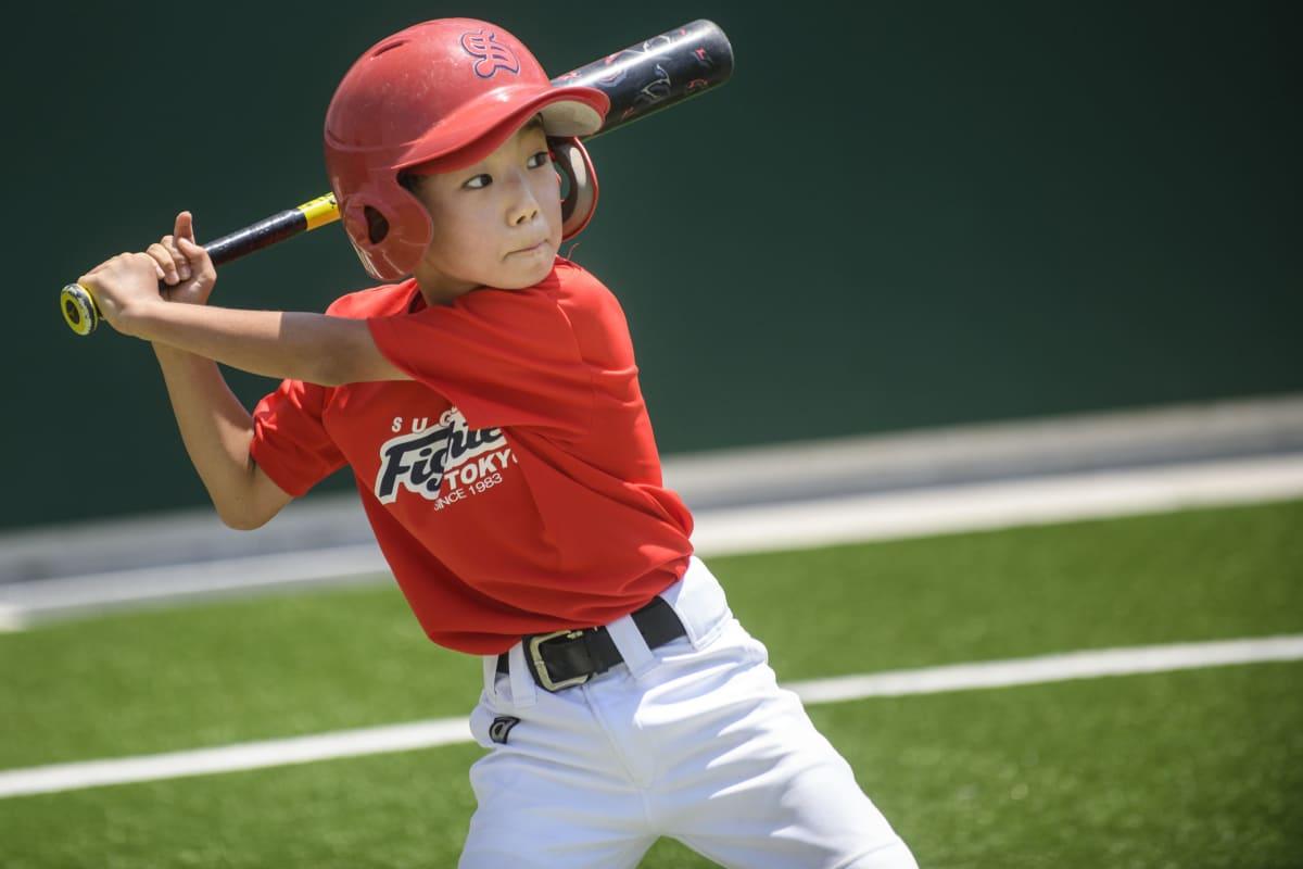 Baseballissa syöttö lähtee edestä, lyöjä saa lyödä pallon niin kauas kuin pystyy. Takalaitonta ei ole.