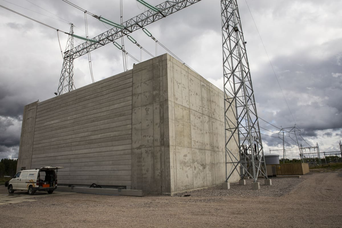 Sähköaseman muuntaja käytkeytyy suuren betonisen bunkkerin suojiin.
