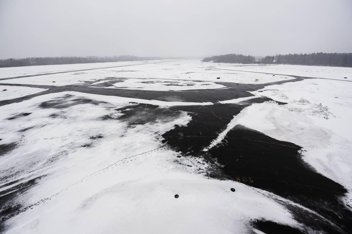 Malmin lentokenttä lumisateessa 14. maaliskuuta 2021.