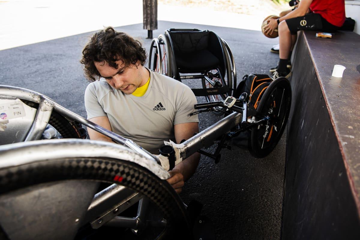 Mattila valmistelee kelauspyörätuolinsa.