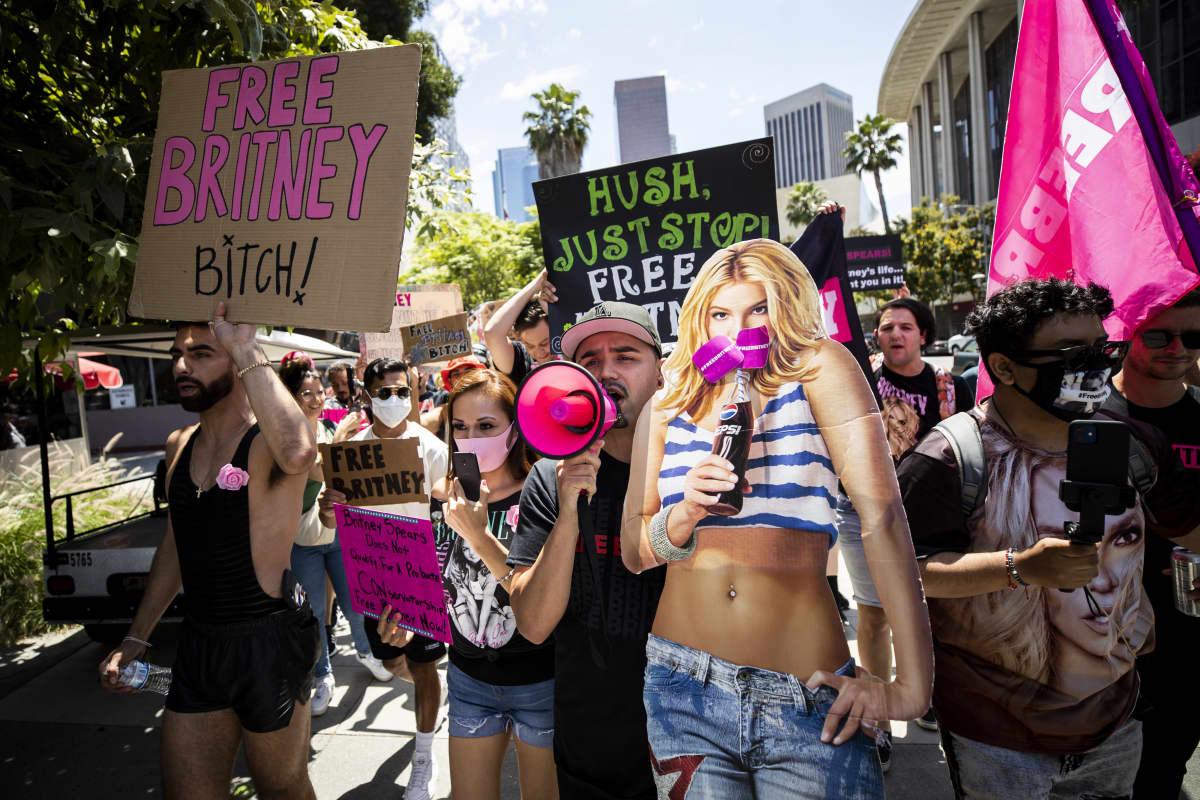 Britney Spearsin fanit pitelivät kylttejä ja pahvista Britneytä oikeustalon ulkopuolella.