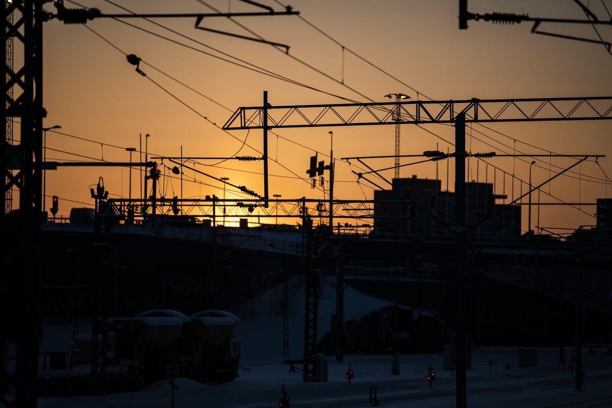 Kaupungin siluetti Pasilasta nähtynä helmikuisena aamuna auringonnousun aikaan.