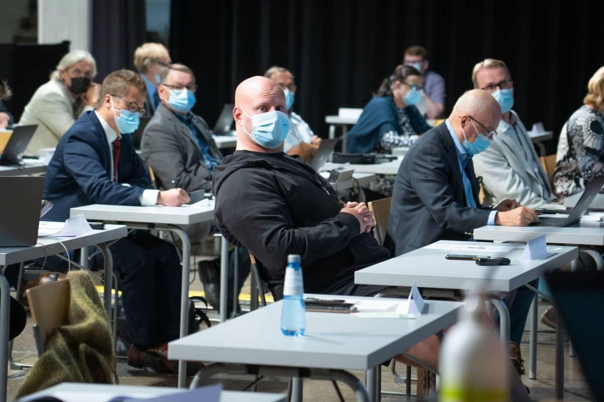 Lahtelaiset valtuutetut istuvat maskit päässään ensimmäisessä valtuuston kokouksessa Sibeliustalolla