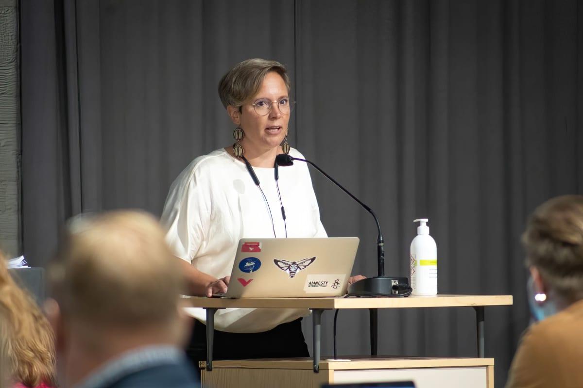 Vasemmistoliiton Elisa Lientola puhuu valtuustossa puhujapöntössä
