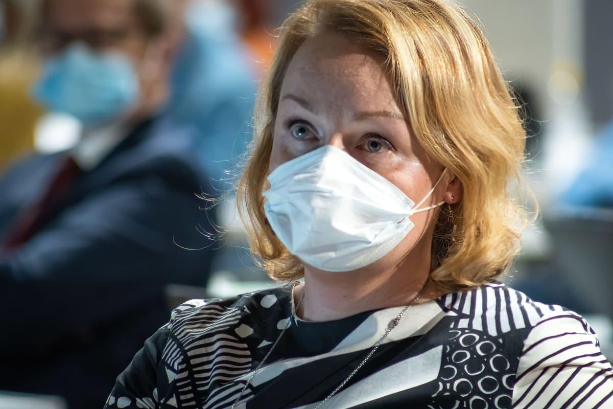 Kristillisdemokraattien Sonja Falk istuu maski naamallaan Lahden valtuustossa