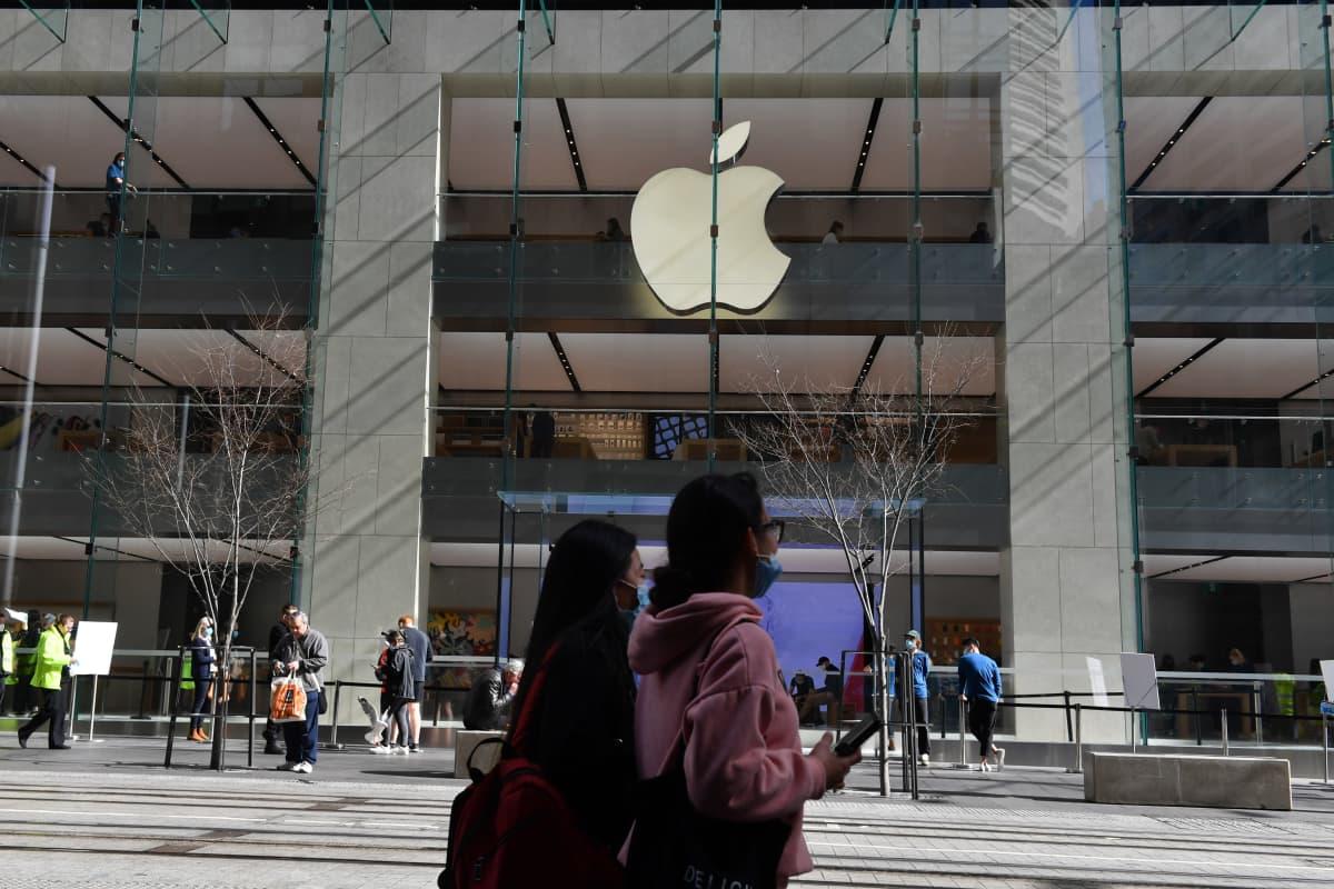 Ihmiset kävelevät Apple -liikkeen ohi.
