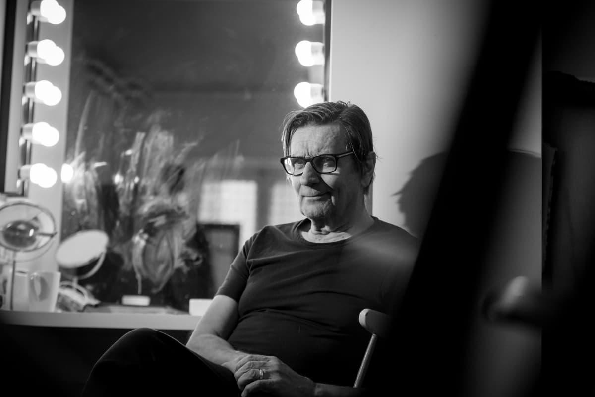Pekka Laiho Teatteri Jurkan pukuhuoneessa.