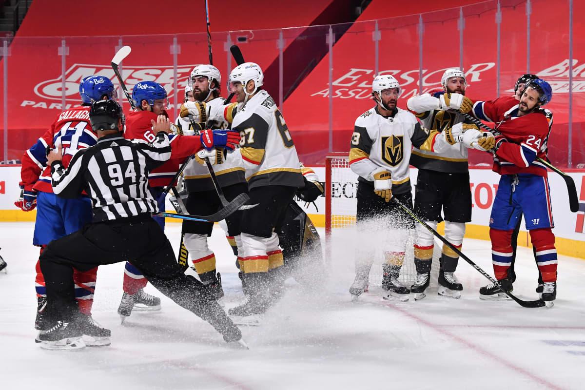 Montreal Canadiensin ja Vegas Golden Knightsin pelaajat kamppailevat maalin edustalla. Tuomari kiirehtii erottamaan nahistelevia pelaajia toisistaan.