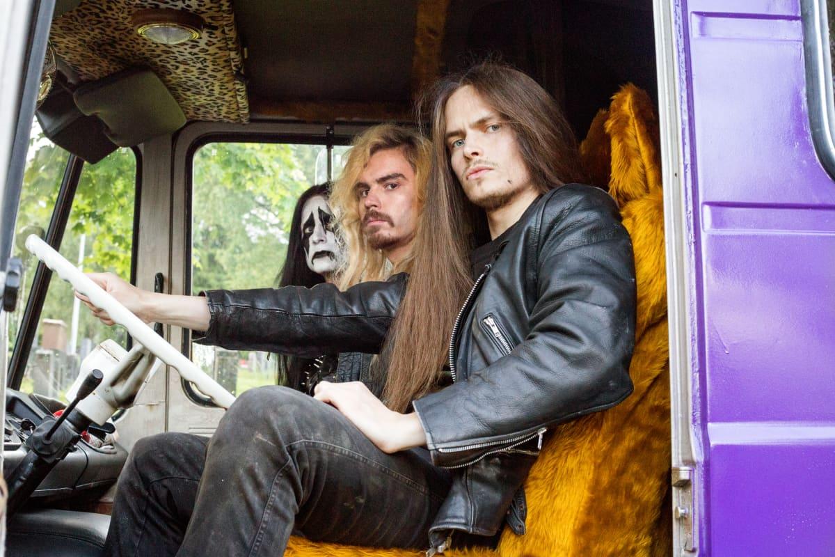 Hevi reissun bändiläisiä esittävät Max Ovaska, Samuli Jaskio ja Johannes Holopainen.