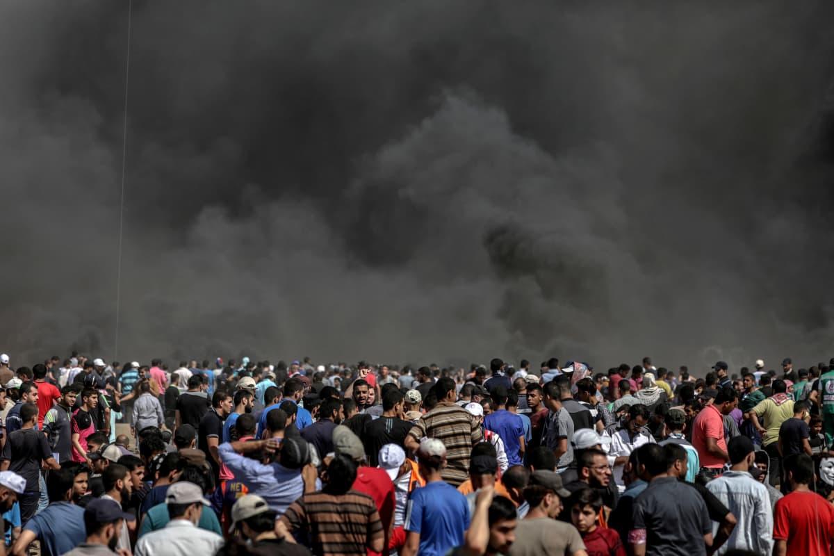 Palestiinalaiset mielenosoittajat polttivat renkaita Israelin ja Gazan välisellä rajalla.