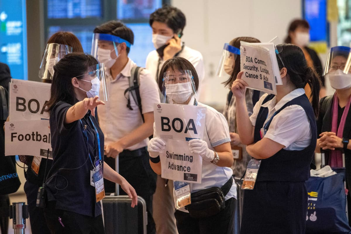 Olympiavieraita otetaan vastaan Tokion lentokentällä.
