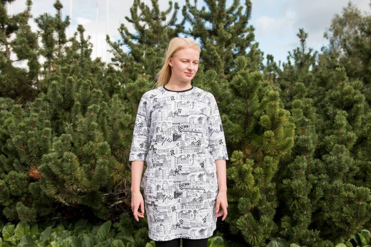 Vaatemallistoon kuuluu college, bombertakki, pitkä jakku ja mekko. Sonja Kuuselan yllä oleva taskullinen mekko on malliston prototyyppi.