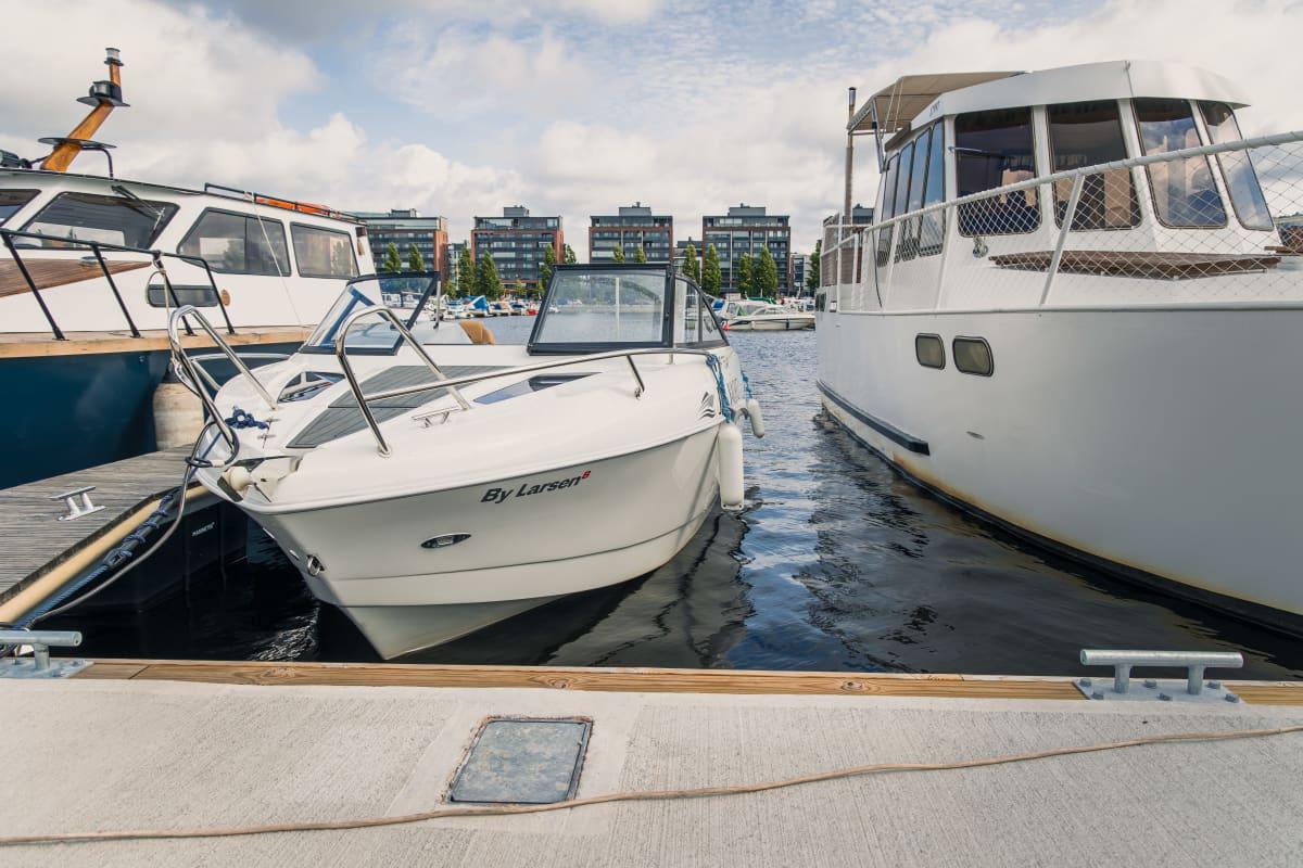 Veneitä laiturissa Jyväskylän satamassa.