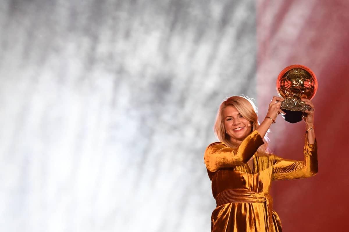 Ada Hegerberg Kultainen pallo -palkinto käsissään.