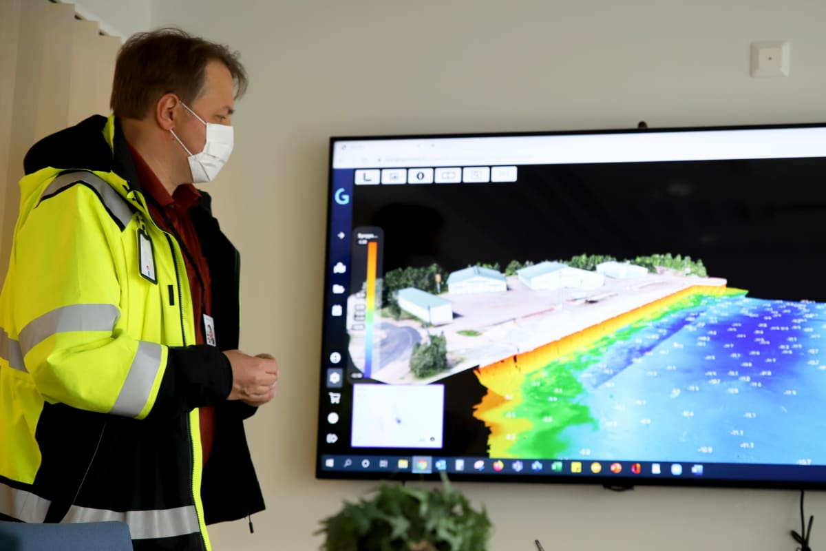 Hamina-Kotkan sataman liikennejohtaja Ville Kuitunen esittelee näytöltä 3D-mallinnusta Hallan satamasta