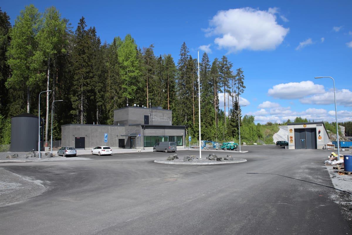 Mikkelin jätevedenpuhdistamon vastaanottorakennus ja ajoliuska.