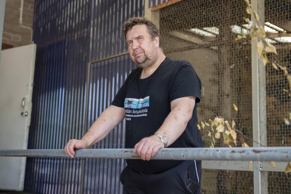 Arto Hokkanen nojaa käsillään kaiteeseen