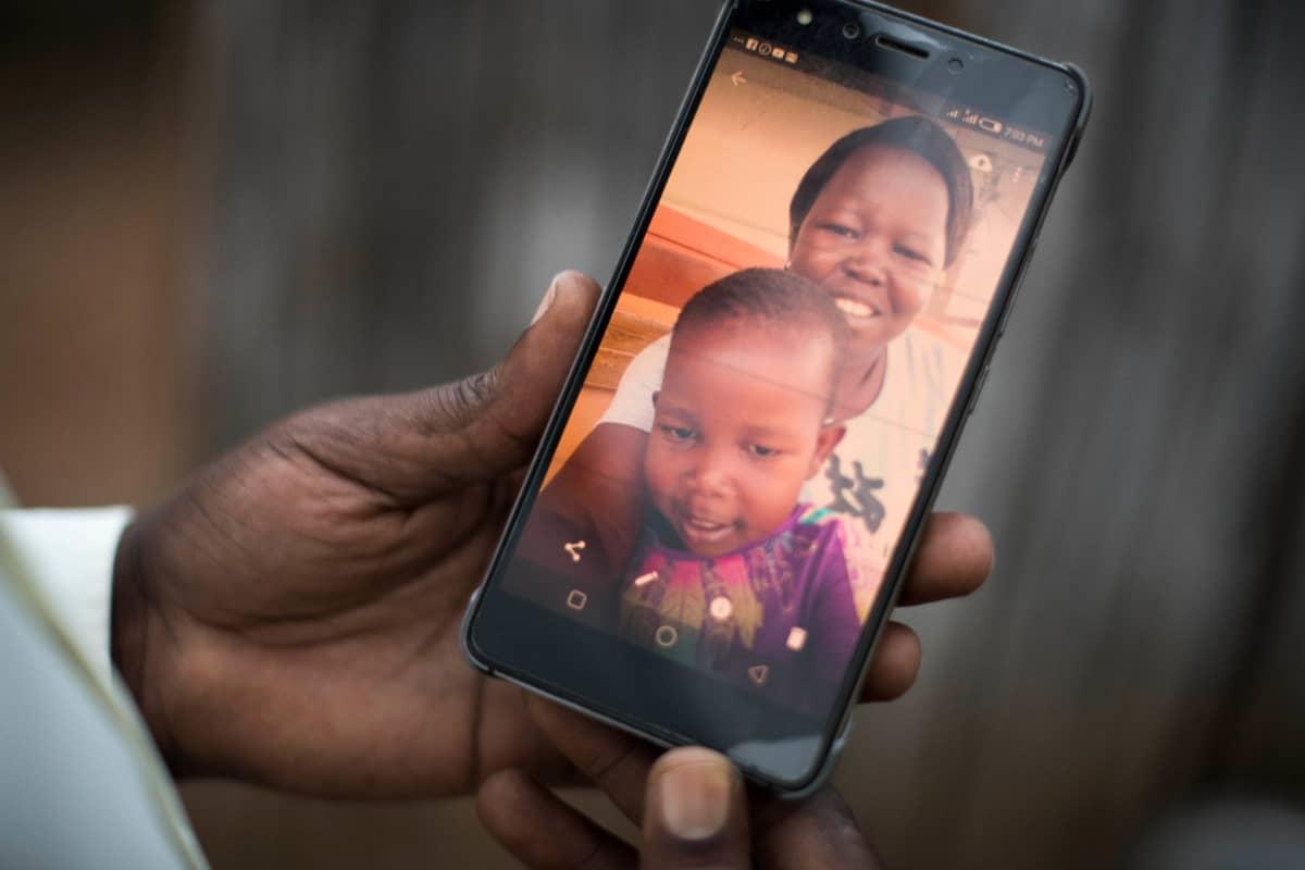 Kuva Sophiesta ja hänen tyttärestään kännykän näytöllä