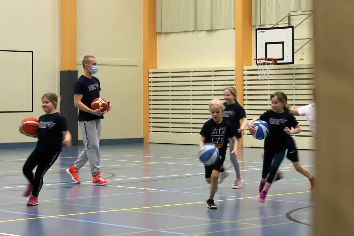 Savonlinnassa pyörii maksuton koripallokoulu 6–9-vuotiaille