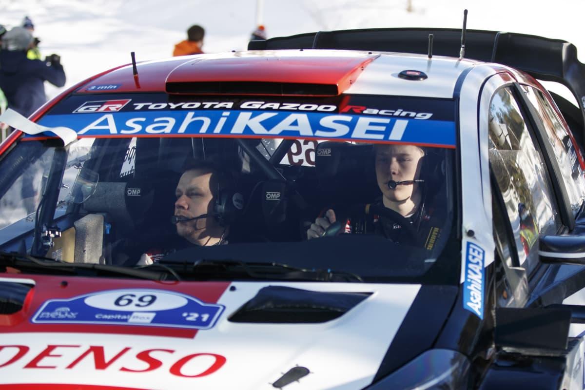 Jonne Halttunen och Kalle Rovanperä i en rallybil.