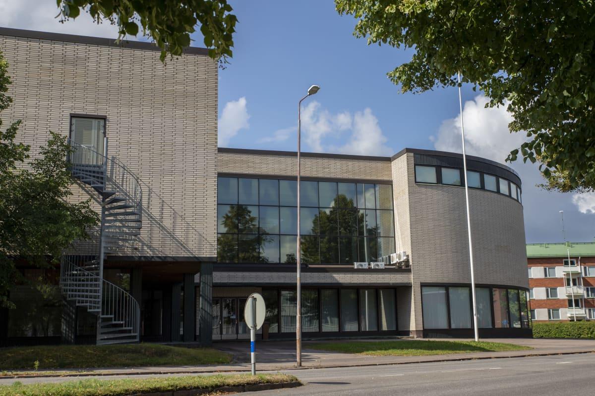 Tiilinen rakennus Salpausselänkadulla Kouvolassa