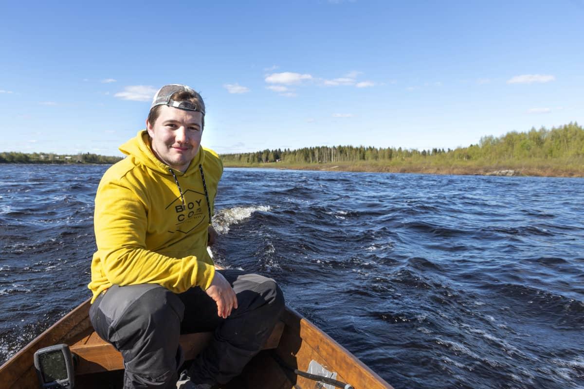 Kalastusmatkailuyrittäjä Roope Lehtinen käyttämässä asiakasta lohenpyyntireissulla
