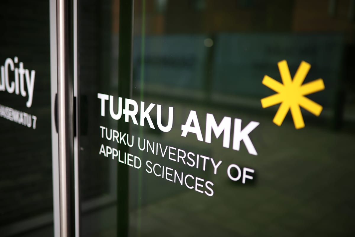 Turun amk:n logo ovessa