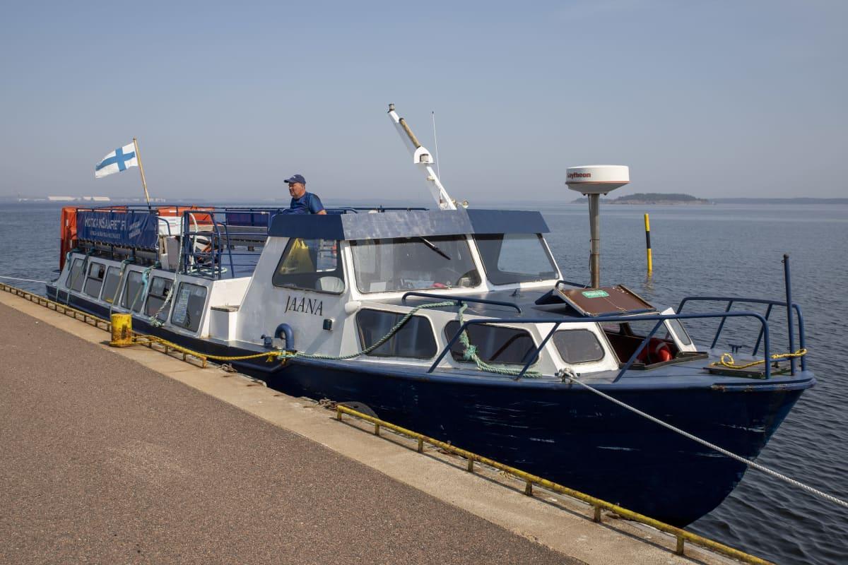 Matkustaja-alus MS Jaana Rankin saaren laiturissa. Kippari kurkistaa aluksen kannelta.