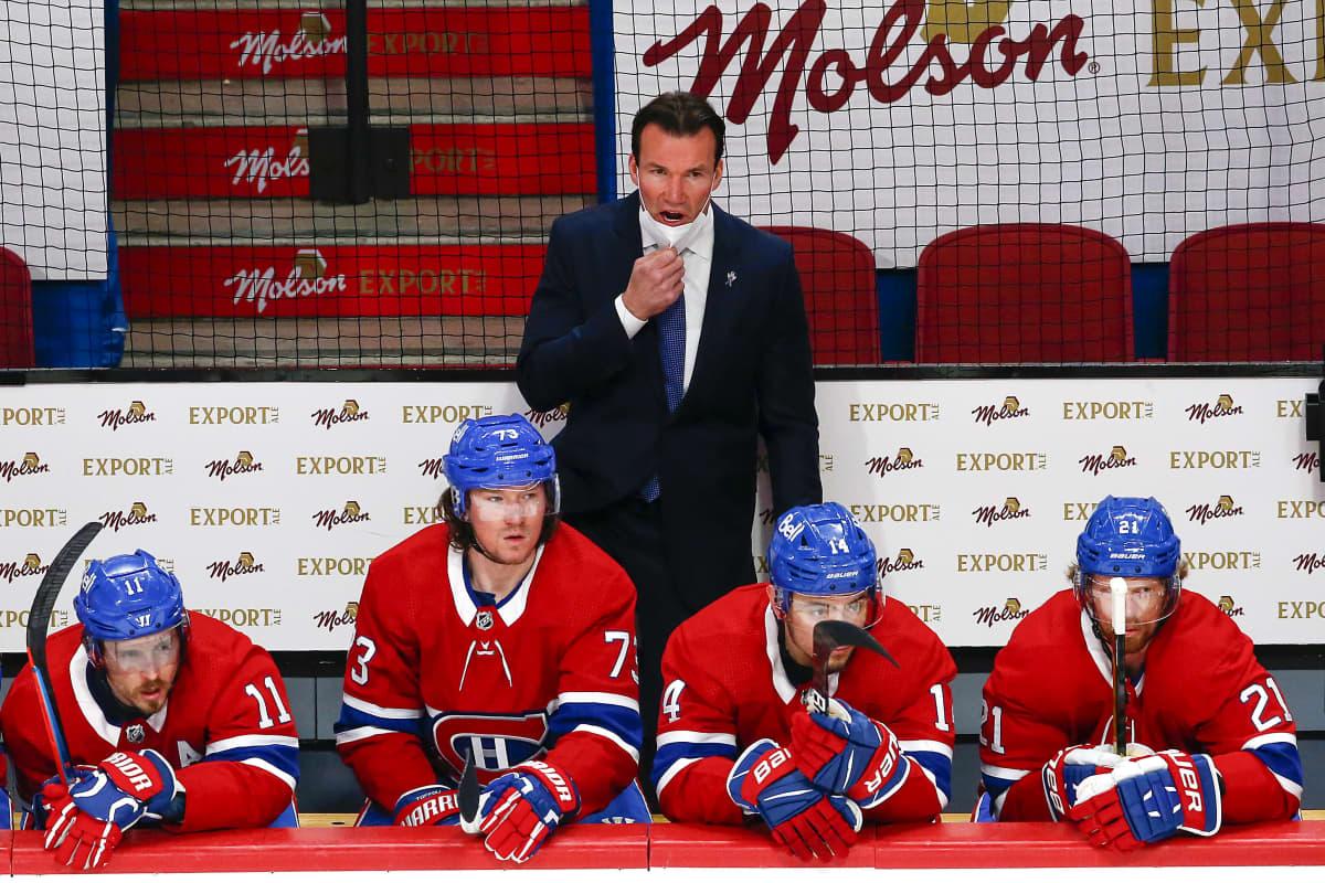 Luke Richardson seisoo Montrealin penkin takana.