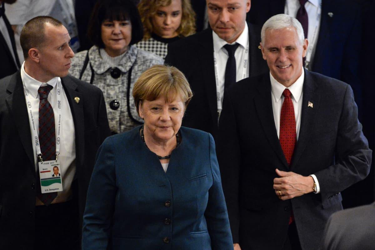 Saksan liittokansleri Angela Merkel saapui Münchenin turvallisuuskonferenssiin lauantaina 18. helmikuuta 2017. Vierellä oikealla Yhdysvaltain varapresidentti Mike Pence.