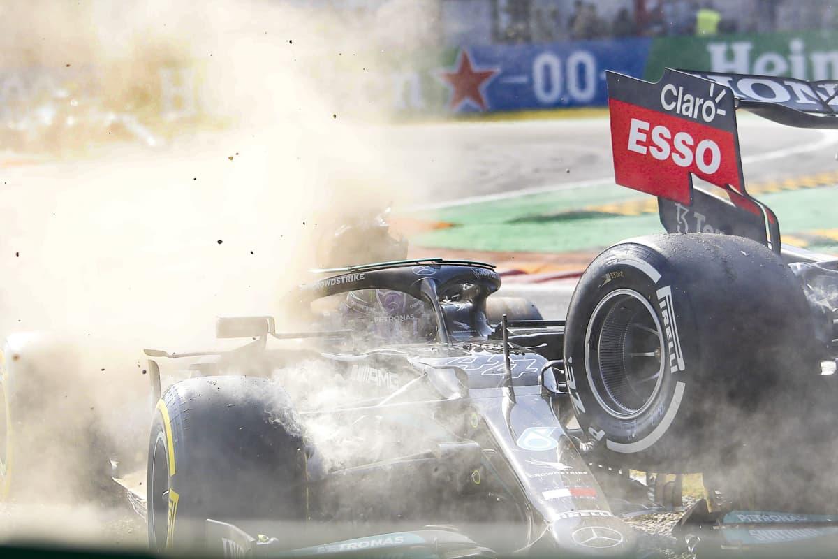 Max Verstappenin auto jyrää Lewis Hamiltonin auton yli.