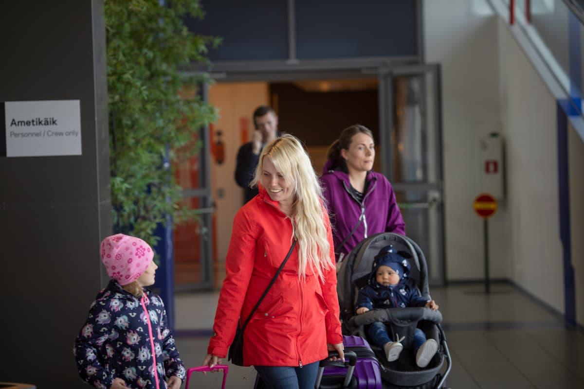 Kristi Raudsepp (edessä) oli tullut satamaan vastaan siskoaan ja tämän lapsia. He olivat tavanneet viimeksi jouluna.