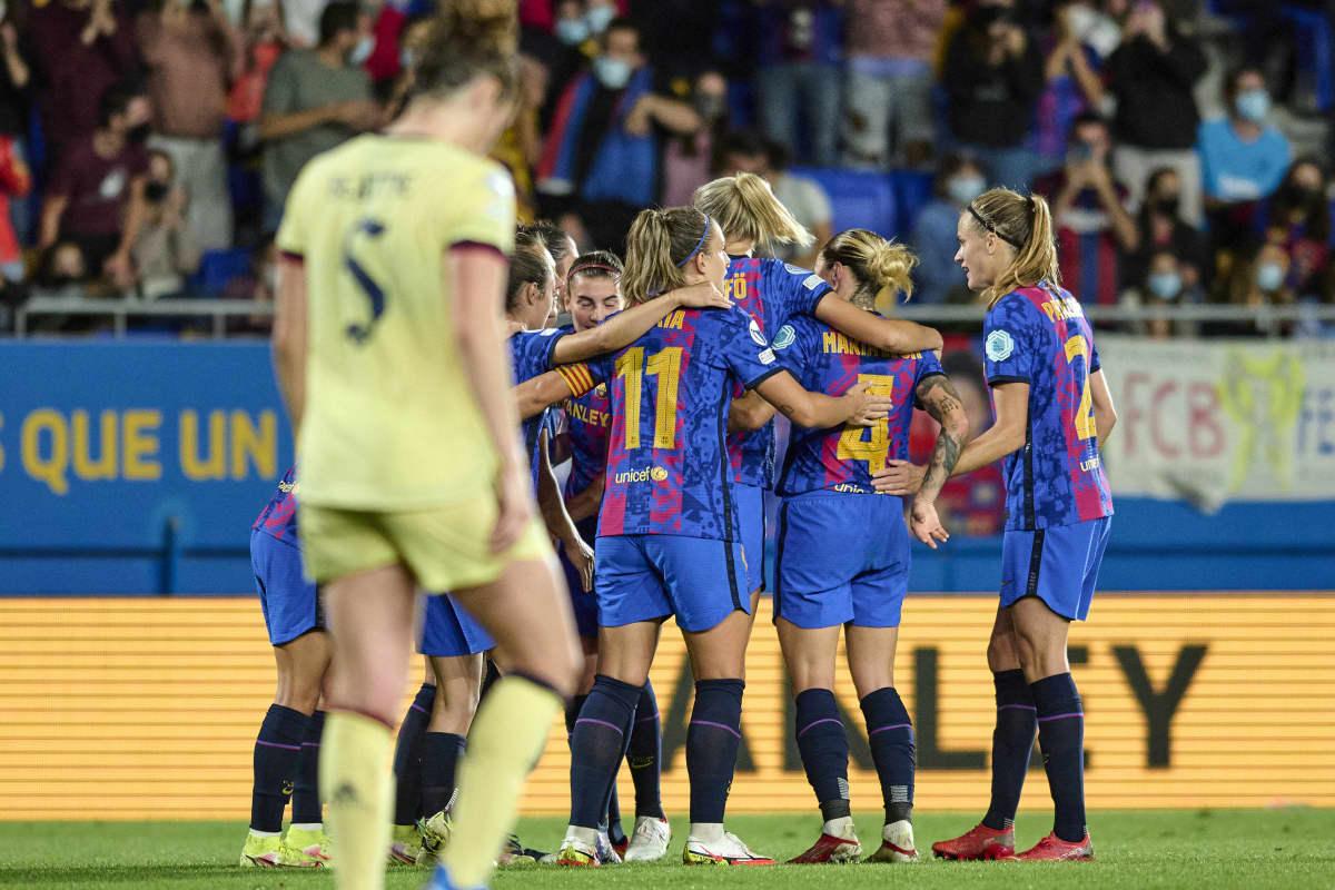 FC Barcelonan naisten joukkue juhlii maalia ringissä. Etualalla pettynyt Arsenal-pelaaja.